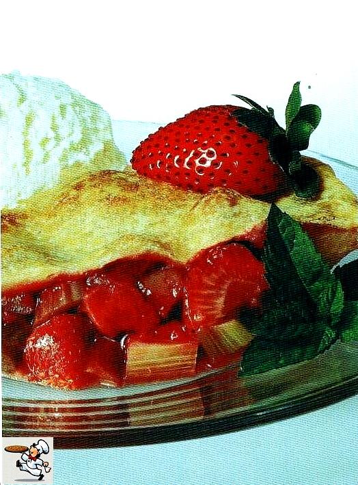 Десерт из ревня с клубникой